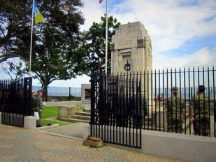 Tentara British upacara di tugu memorial Esplanade