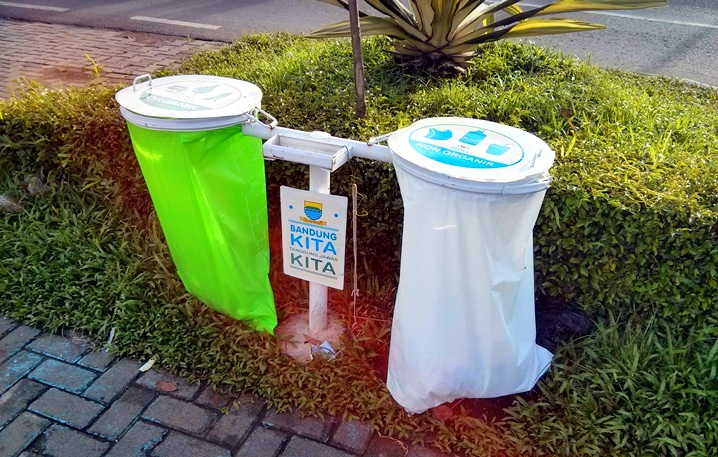 Tempat sampah dari kantong keresek berbahan tapioka