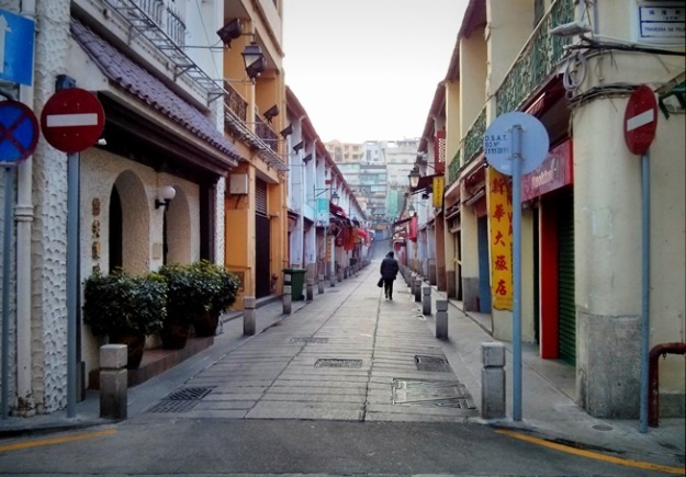 Gang Rua De Felicidade. Perhatikan tulisan SanVa Hotel di sebelah kanan. :D