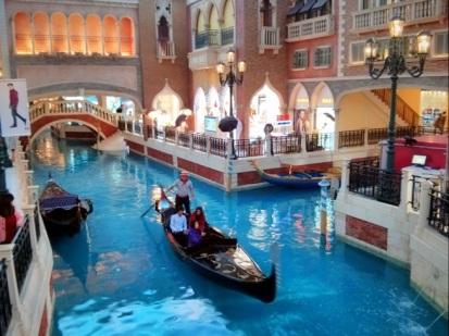 Sepasang kekasih dan temannya sedang naik gondola
