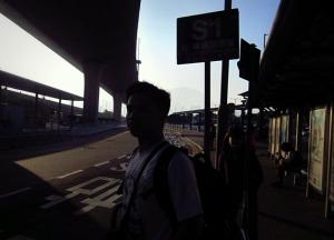 Menunggu bus di halte dekat bandara