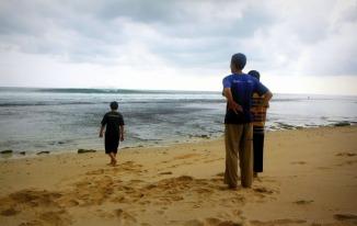 Bermain di pasir pantai