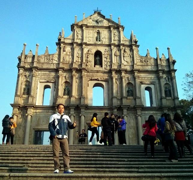 Narsis di depan Ruins of St. Paul's