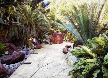 Jalan setapak di Evolution Garden