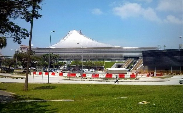 Penampakan Singapore Indoor Stadium dari pintu keluar stasiun MRT