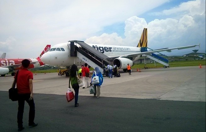 Pesawat Tigerair menjelang berangkat dari Bandara Husein Sastranegara