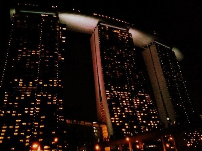 Marina Bay Sands terlihat dari pintu keluar stasiun Bayfront