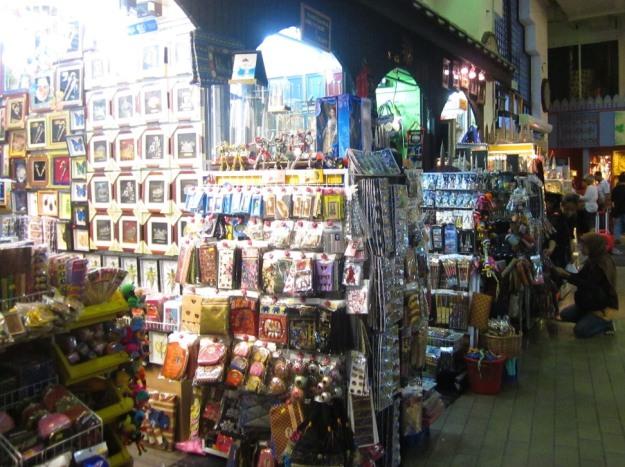 Belanja souvenir di Pasar Seni