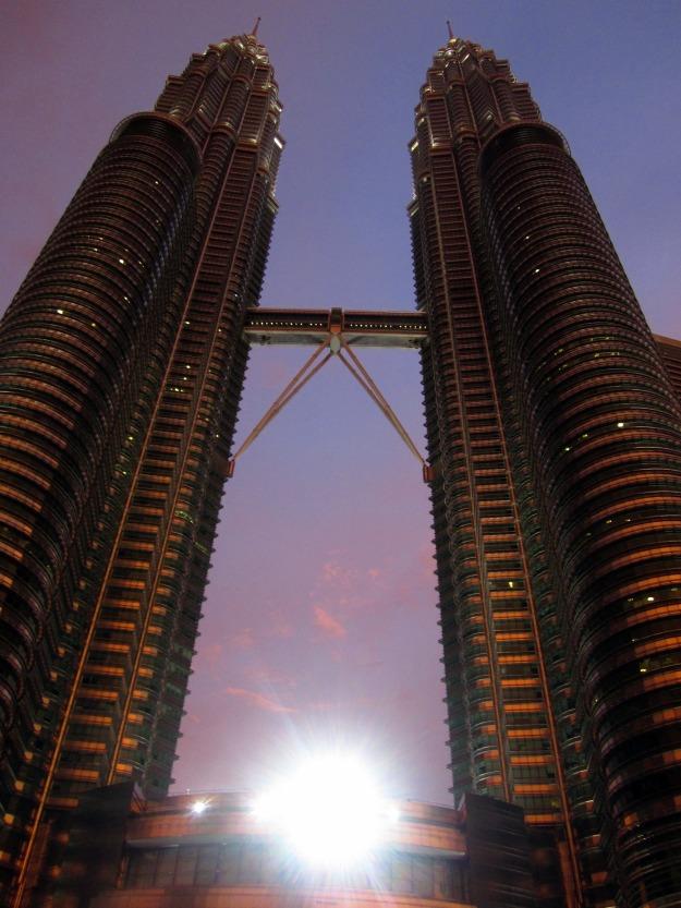 Petronas menjelang maghrib