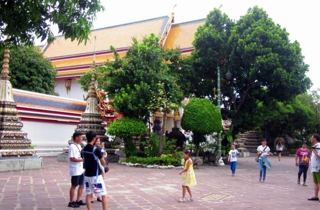 Penampakan pelataran dalam Wat Pho