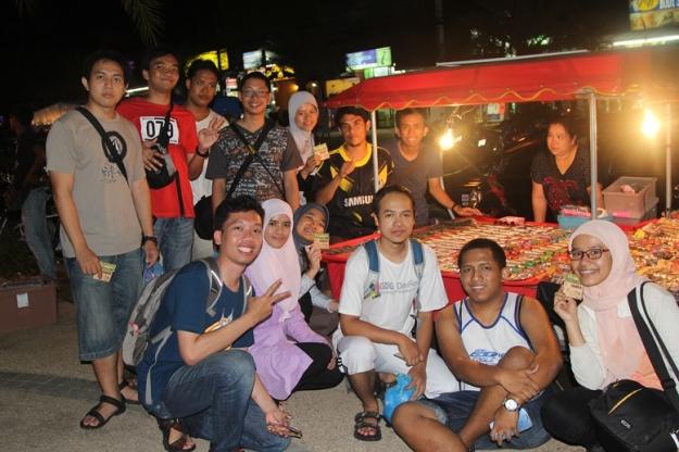 Bersama penjual souvenir (photo by Putri)