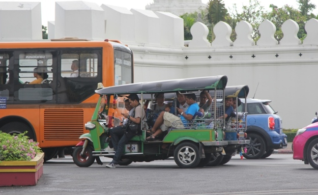 Naik tuk-tuk melintasi Grand Palace (photo by Putri)