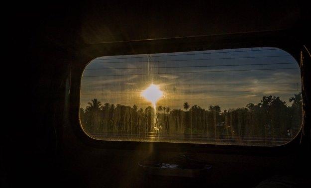 Sunrise menyembul terlihat dari dalam kereta (photo by Ian)
