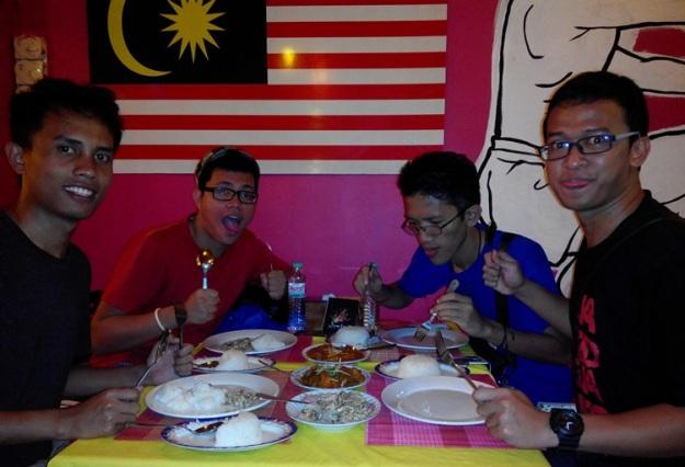 Abdan dkk makan malam di restoran Malaysia (photo by Abdan)