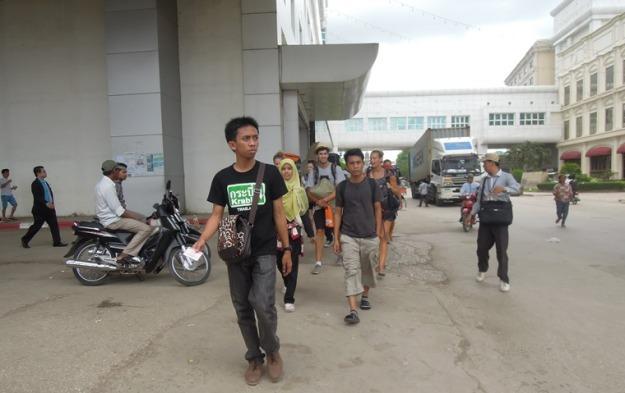 Berjalan ke imigrasi Kamboja (photo by Rizky)