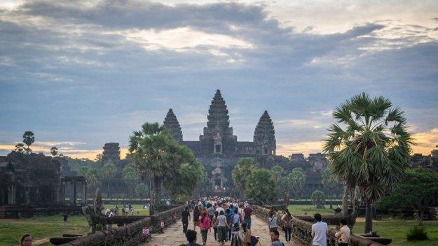 Pengunjung berbondong-bondong menuju Angkor Wat (photo by Ian)