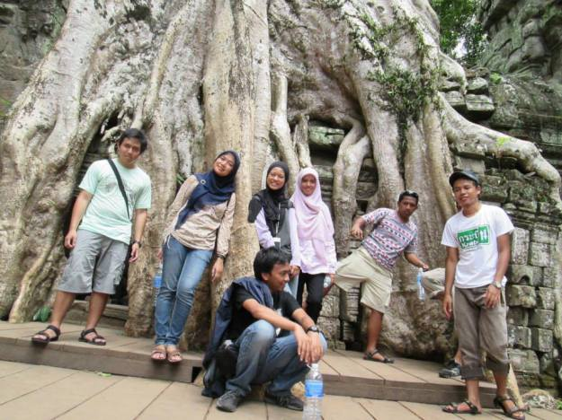 Foto bareng di Ta Phrom (photo by Rika)
