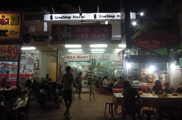 OneStop Hostel di malam hari (photo by Rizky)