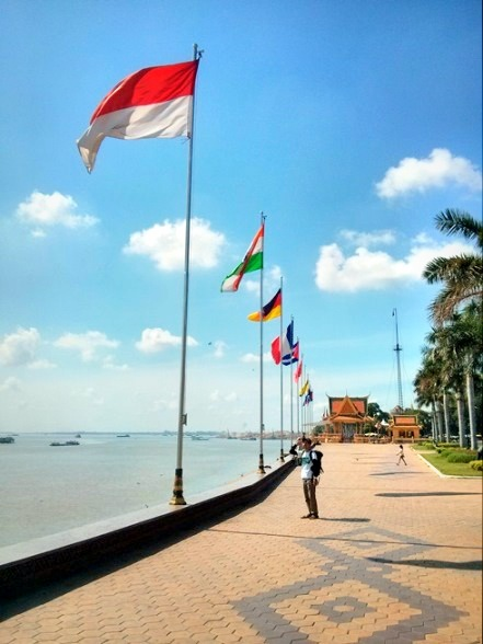 Tiang-tiang bendera di tepi sungai Mekong