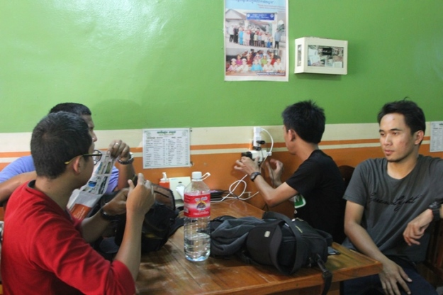 Numpang ngecharge di restoran (photo by Putri)