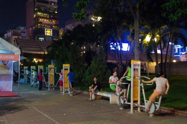 Suasana taman yang masih ramai di malam hari (photo by Ian)