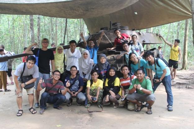 Foto bersama bangkai tank (photo by Putri)