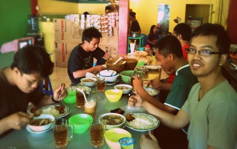 Makan siang sop iga