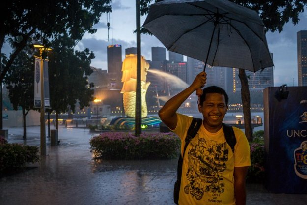 Rizky narsis di depan patung Merlion (photo by Ian)