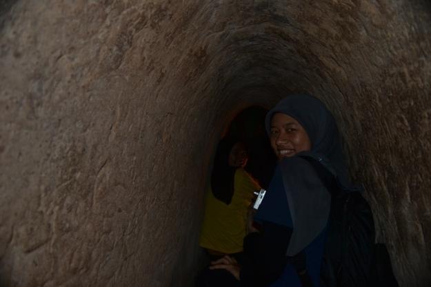 Menjelajahi Cu Chi Tunnels yang gelap (photo by Pras)