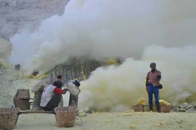 Aktivitas penambang belerang (foto oleh Pras)