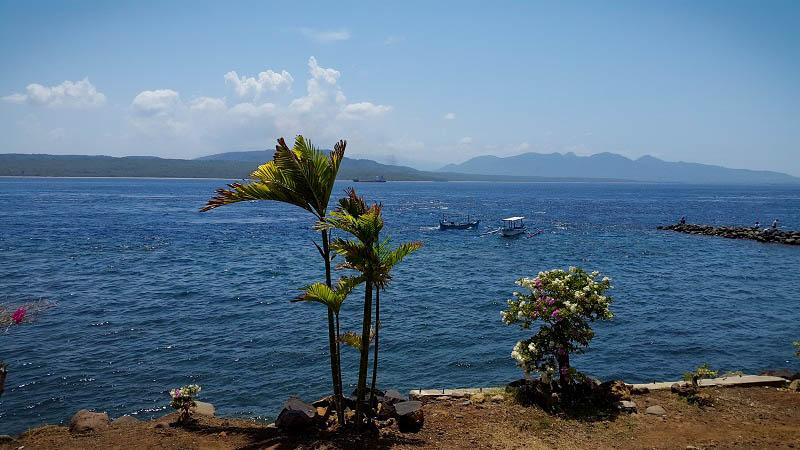 View dari rumah makan. Pulau Bali tampak di seberang. (foto oleh Putri)