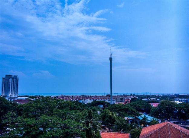 View Selat Melaka dan Menara Taming Sari di kejauhan