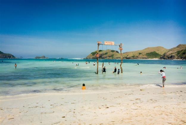 Ayunan di Pantai Tanjung Aan