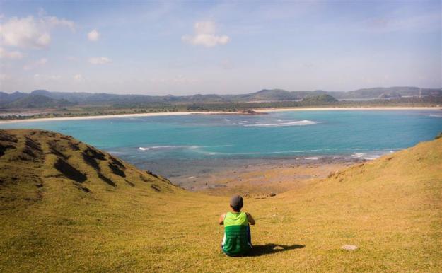 Memandang Pantai Tanjung Aan dari Bukit Merese