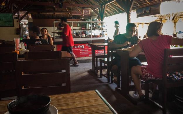 Makan siang di Warung Dewi