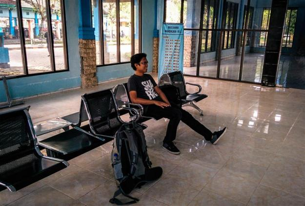 Menunggu bus DAMRI di Terminal Mandalika