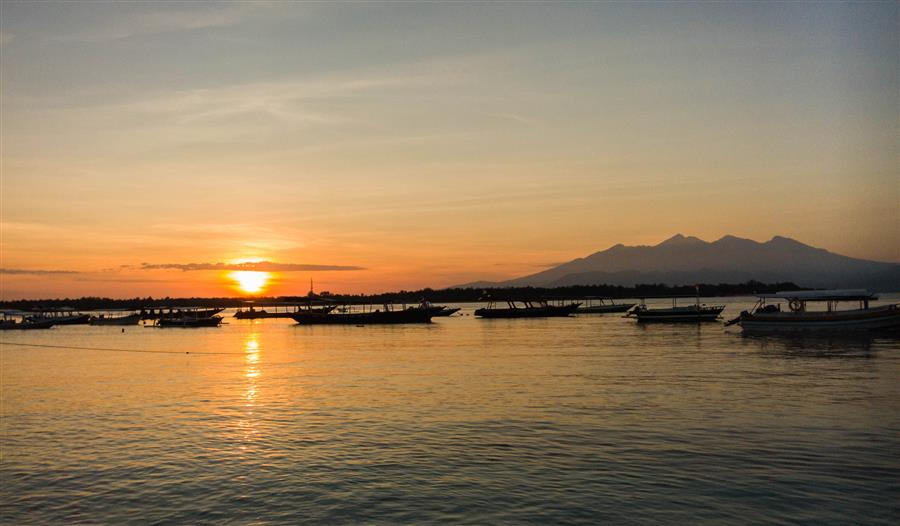 View matahari terbit dari dermaga Gili Trawangan