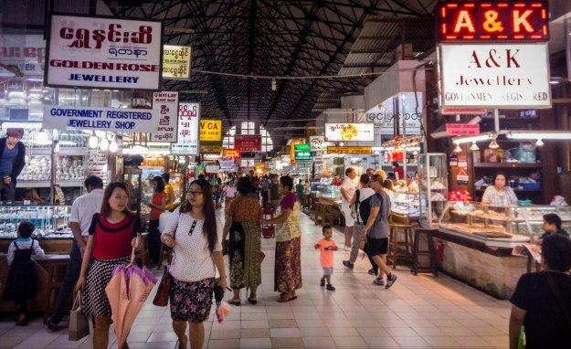 Suasana di dalam Bogyoke Aung San Market