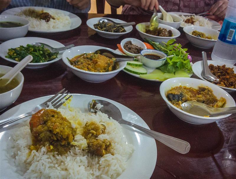 Makan siang di restoran masakan myanmar