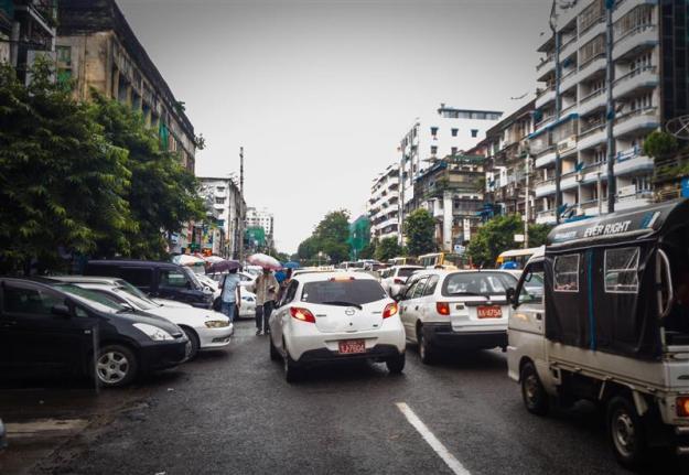 Berjalan kaki menyusuri jalanan kota Yangon