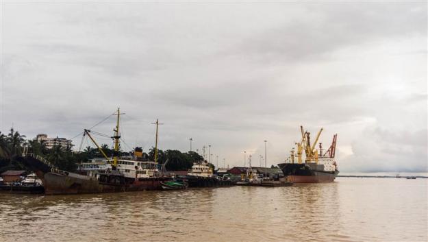 Beberapa kapal besar di pelabuhan Yangon