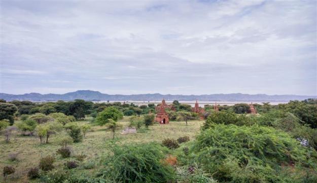 Pemandangan di sebuah kompleks pagoda antara Old Bagan-New Bagan
