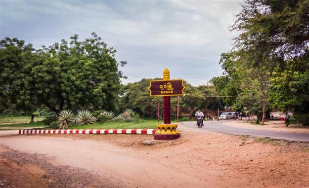 Sebuah pertigaan di Lanmadaw 3 Road