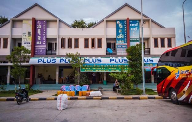 Suasana kantor bus Bagan Minn Thar di Terminal Bagan
