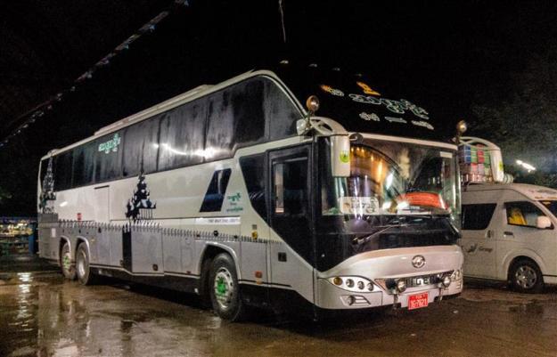 Bus singgah di rumah makan