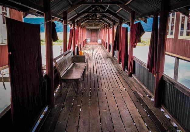 Salah satu lorong di Nga Phe Kyaung Monastery