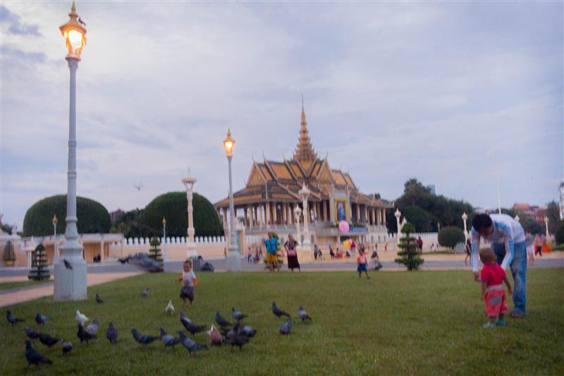 Anak kecil bermain-main di taman depan Royal Palace