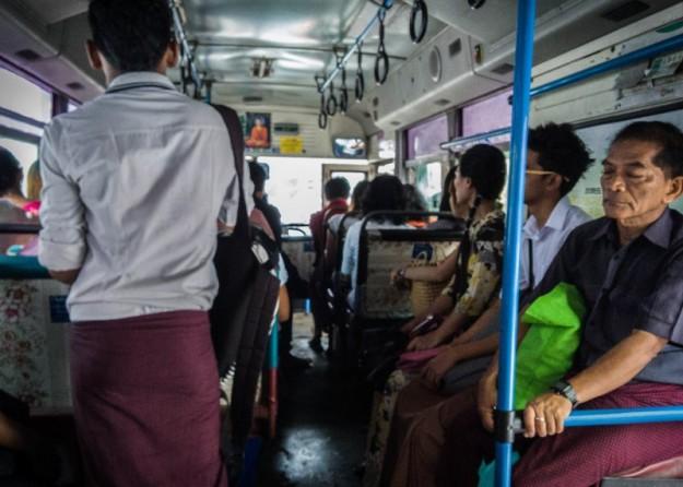 Naik bus kota menuju National Races Village
