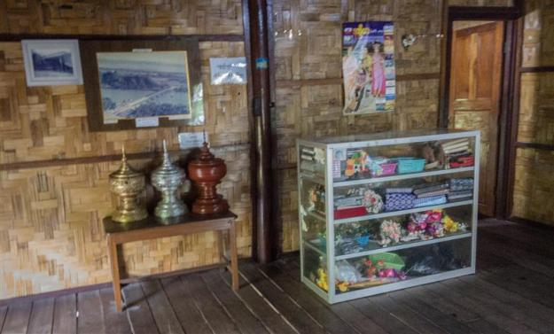 Interior di dalam rumah adat Rakhin State