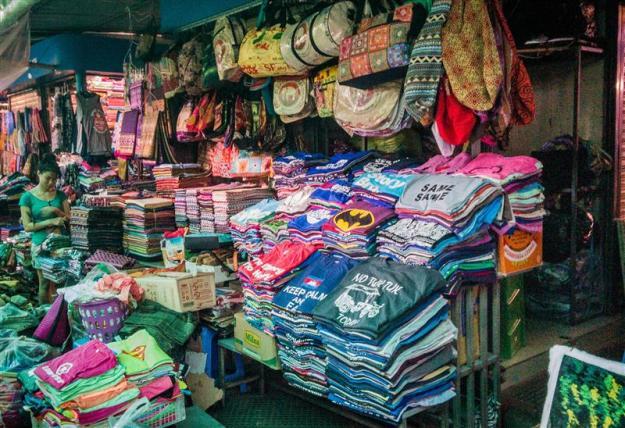 Salah satu kios oleh-oleh di Central Market